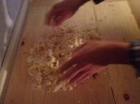 ammassiamo le patate per gli gnocchi di patate