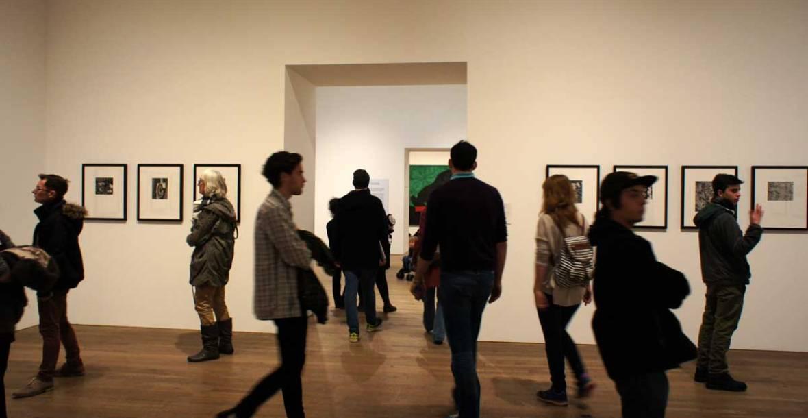 visitatori nelle stanze del museo di arte moderna di londra