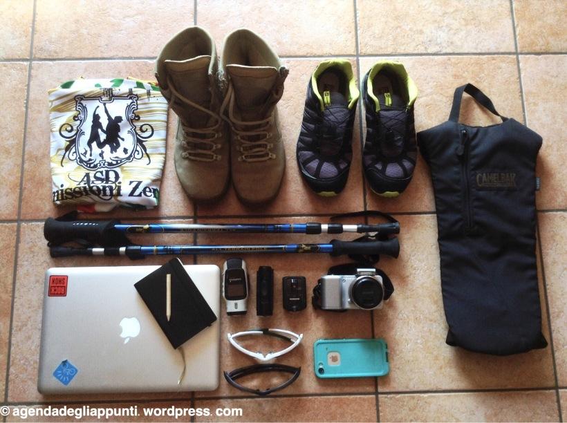 scarpe, scarponi, macchina fotografica, videocamera, agenda degli appunti, Mac, camelback gli elementi fondamentali nella preparazione delle nostre valigie per poter documentare il nostro viaggio in Nepal