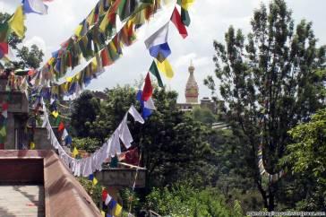 sette giorni in nepal tempio delle scimmie kathmandu da vedere stupa bellissima bandierine tibetane sventolano nel vento