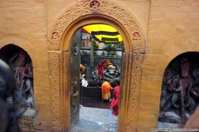 sette giorni in nepal vestizione di vishnu a budhanilkantha cosa vedere nella valle di kathmandu guida hotel planet bhaktapur