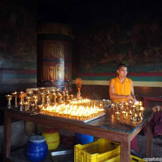 sette giorni in nepal giovani monaci al monastero di phapring accendo candele burro di yak cosa vedere nella valle di kathmandu