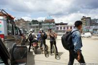 sette giorni in nepal giovani in mountain bike per le strade di kathmandu cosa vedere nella valle guida turistica hotel planet bhaktapur