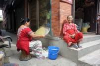 sette giorni in nepal donne sulla strada lavorano il riso valle di kathmandu cosa vedere