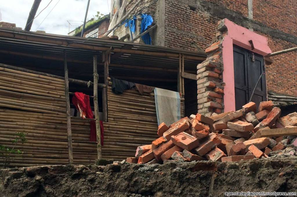 resti di una casa dopo il terremoto in nepal ricostruzione valle di kathmandu