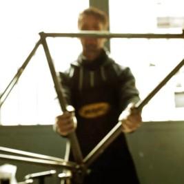 Bicycled la bicicletta realizzata con pezzi di macchine dismesse economia circolare riutilizzo materiali