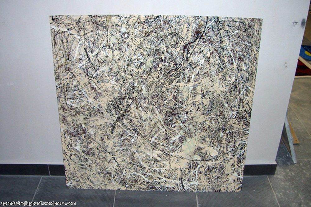 omaggio a pollock opera in action painting realizzata secondo il principio dell'economia circolare utilizzando un foglio di plexiglas recuperata tra gli scarti da discarica nella ditta di un amico