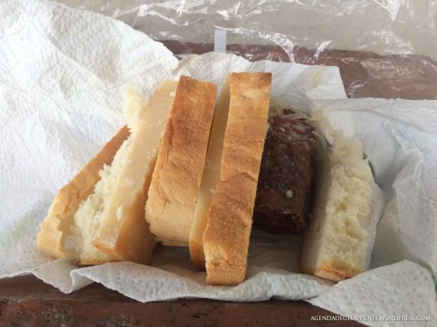 fette di pane con parmigiano e salsiccia come i pastori di una volta quando si andava in montagna a controllare il bestiame al pascolo brado
