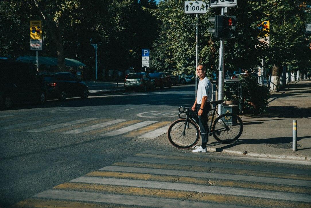 un ciclista una bicicletta e strisce pedonali