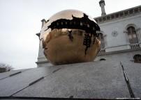 Natale a dublino scultura di pomodoro al trinity college