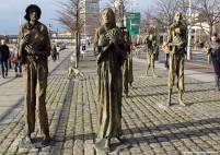 Natale a dublino il monumento che rappresenta la carestia e la fame