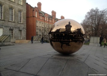Natale a dublino Trinity College scultura pomodoro