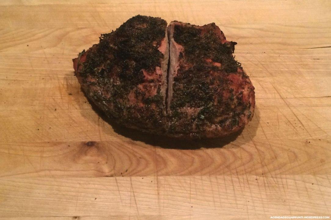 la fesa di vitello piemontese alle erbe aromatiche cotta nel barbecue weber cottura media carne succulenta su tagliere in legno ikea