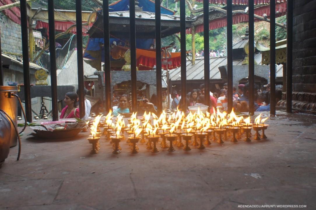 candele accese al tempio di dakshinkali viaggio in nepal dea kali