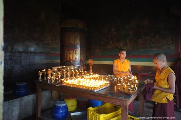 candele accese al monastero buddhista di parphing dove meditò padmasambhava viaggio in nepal