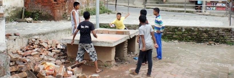 bambini nepalesi giocano in strada a ping pong molti loro coetanei sono costretti a chiedere invece l'elemosina per vivere