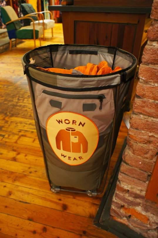 """Riutilizza e ricicla. Il contenitore dove puoi """"versare"""" i tuoi vecchi indumenti Patagonia che verranno poi ricondizionati e venduti oppure riciclati per dar vita ad un nuovo indumento"""