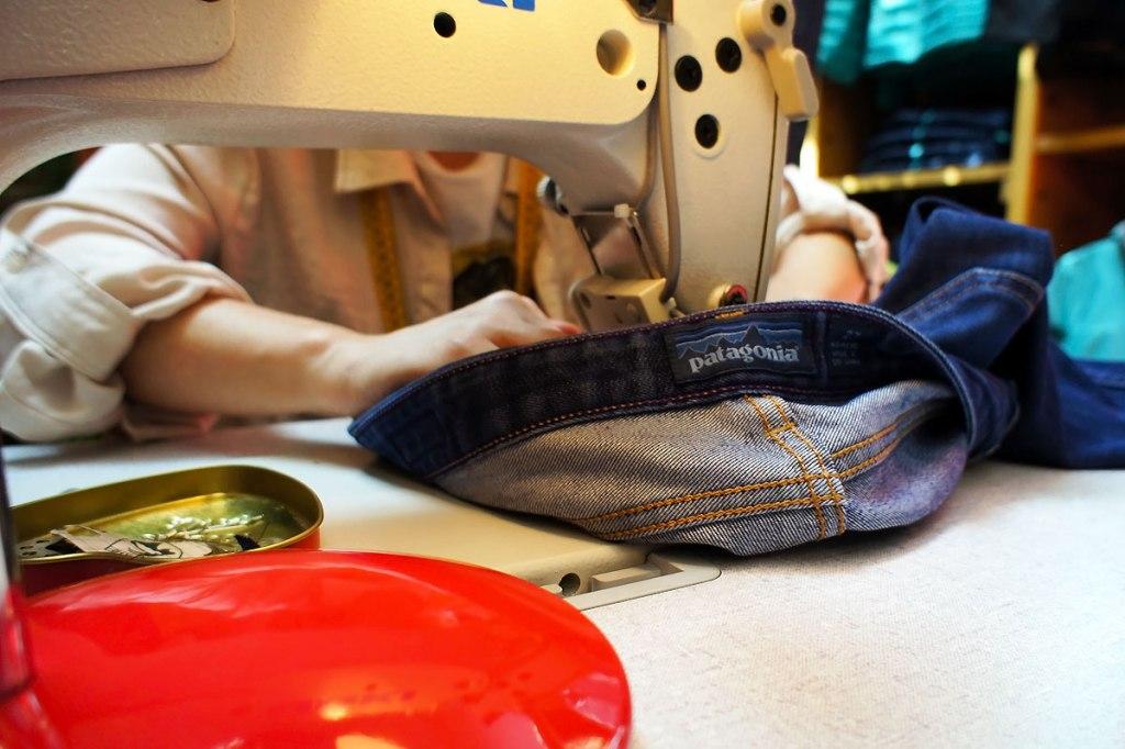 un pantalone jeans una macchina da cucire e altri oggetti