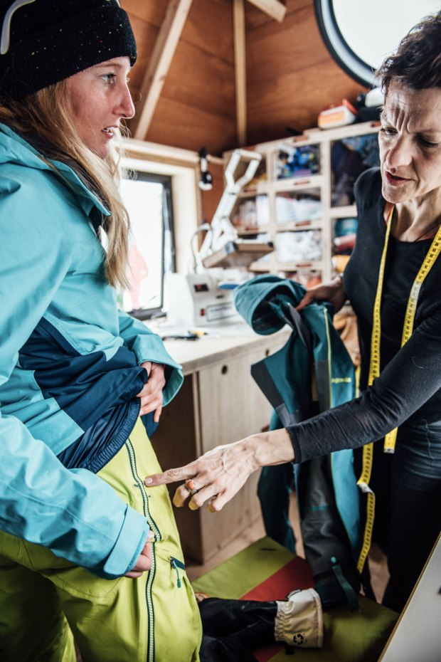 sarta patagonia ripara un pantalone da sci al worn wear tour