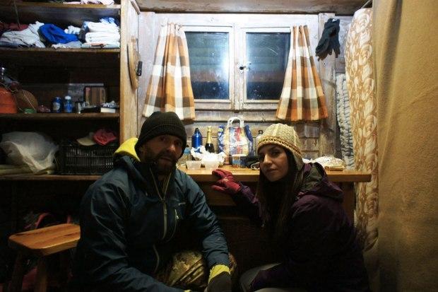 autoscatto dentro al bivacco invernale del rifugio benigni