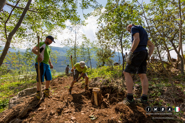 trail building school gaarda trentino imparare a realizzare sentieri sostenibili con imba italia