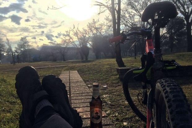la felicità è racchiusa nella semplicità delle piccole cose come un giro in bicicletta sul canale villoresi