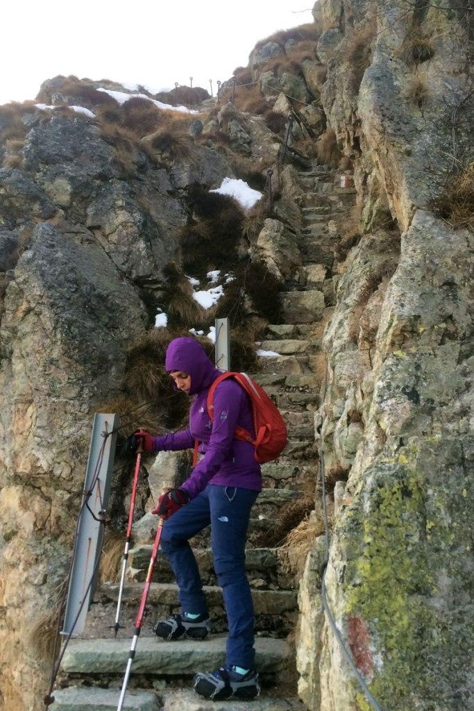 claudia scende la scalinata in roccia sull'anello dei laghi di valgoglio in val seriana