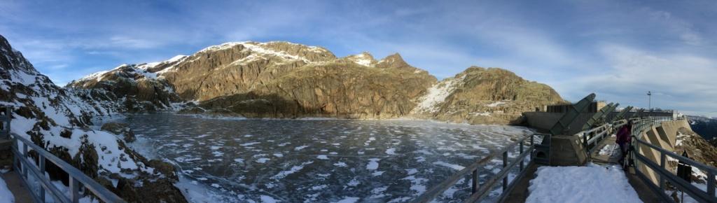 il bacino del lago nero lungo l'anello dei laghi di valgoglio in val seriana