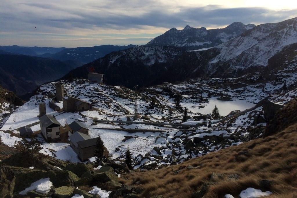 il villaggio dei guardiani delle dighe di valgoglio e il lago resentino visti dall'altro