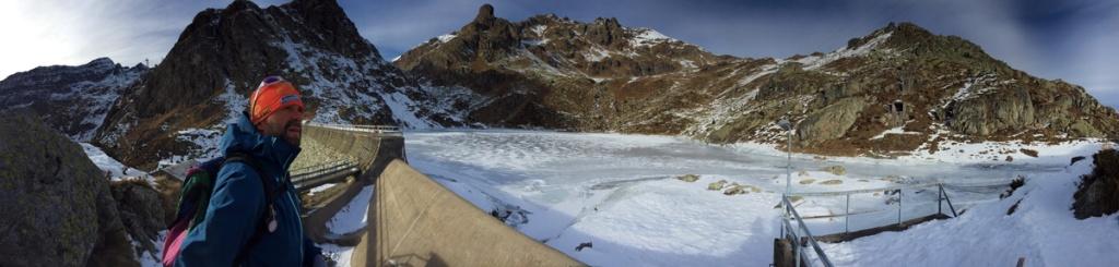 bacino del lago succotto ghiacciato anello dei laghi di valgoglio val seriana