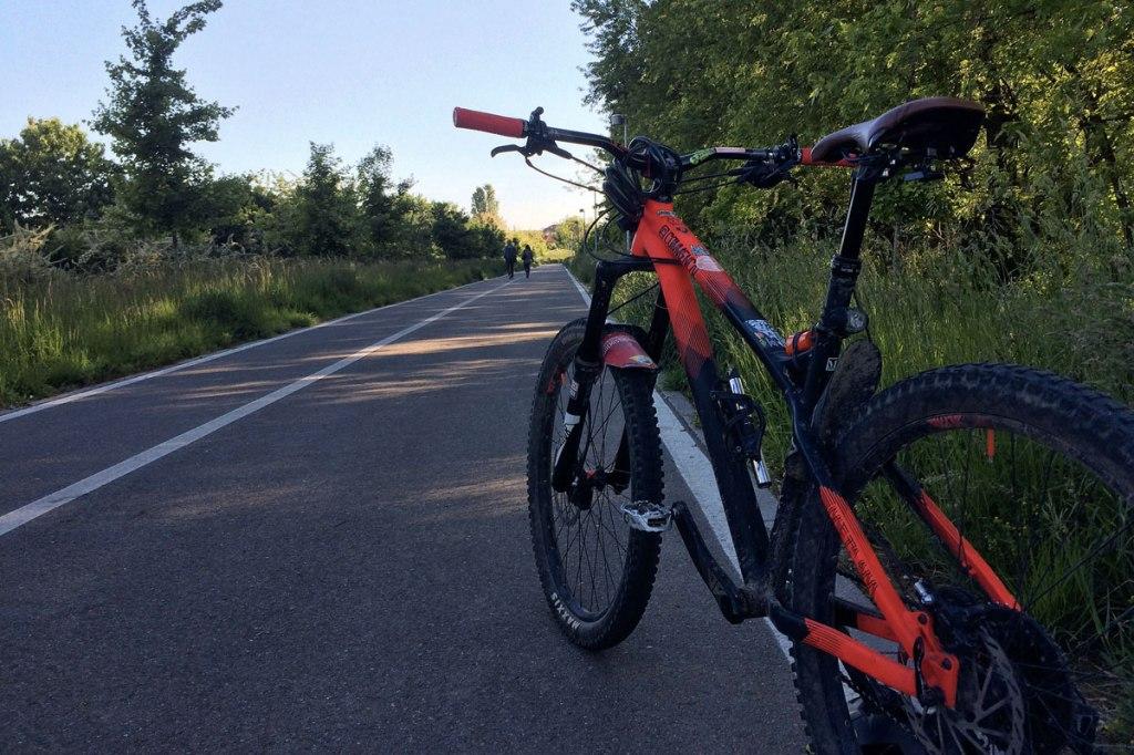 in foto una bicicletta mountain bike e una pista ciclabile a baranzate