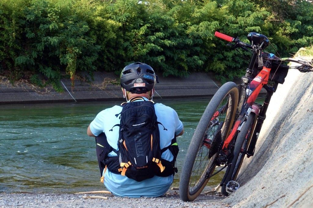 in foto un ciclista con la sua bicicletta mountain bike in riva al canale villoresi vicino la stazione trenord di garbagnate milanese-parco delle groane