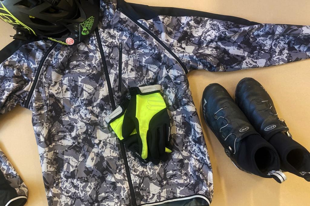 un paio di guanti, una giacca invernale per il ciclismo, scarpe invernali ciclismo, un casco ciclismo