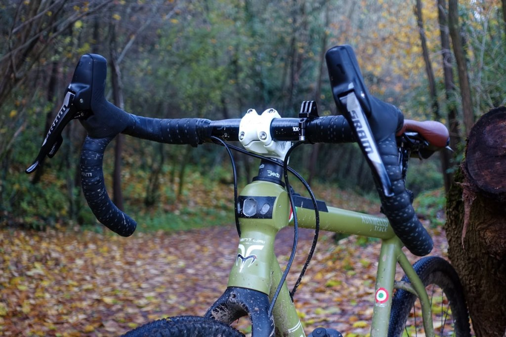 primo piano sulle luci anteriori integrate nel telaio della bicicletta gravel menturi bike adamello track