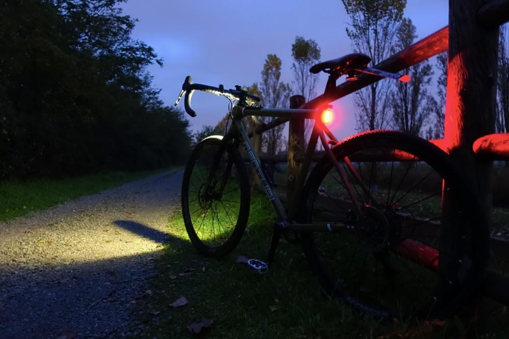 la bicicletta gravel menturi bike adamello track con le luci accese di notte