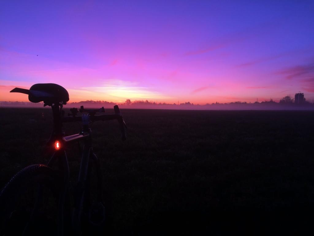 la bicicletta gravel menturi bike adamello track con le luci accese la mattina all'alba
