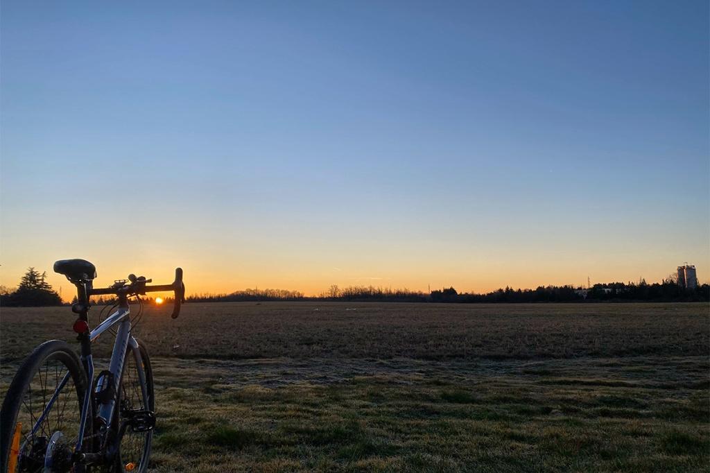 una bicicletta gravel bike specialized diverge con alba sollo sfondo
