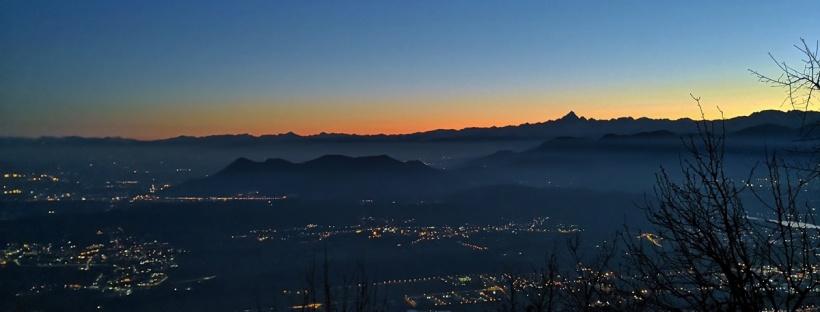 in foto il tramonto sulla città di torino visto dalle montagne