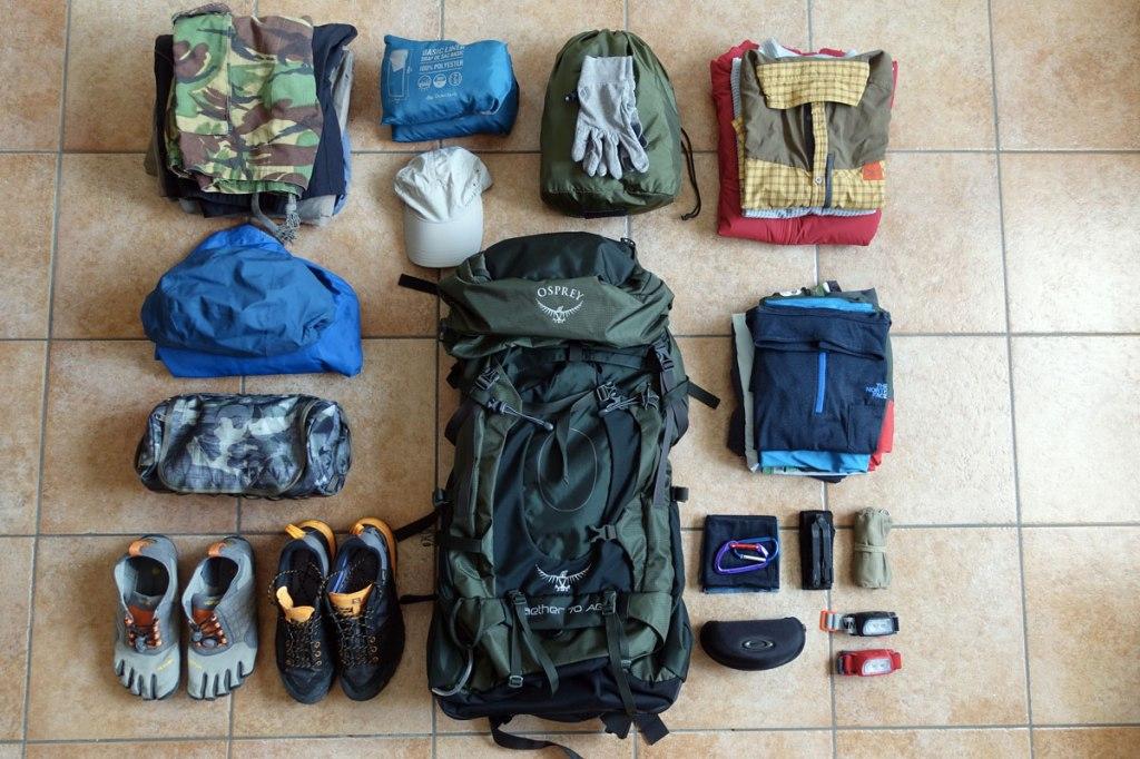uno zaino da trekking, vestiti, scarpe e accessori da viaggio
