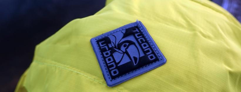 in foto la trama del tessuto nylon ripstop di una giacca antipioggia per bicicletta