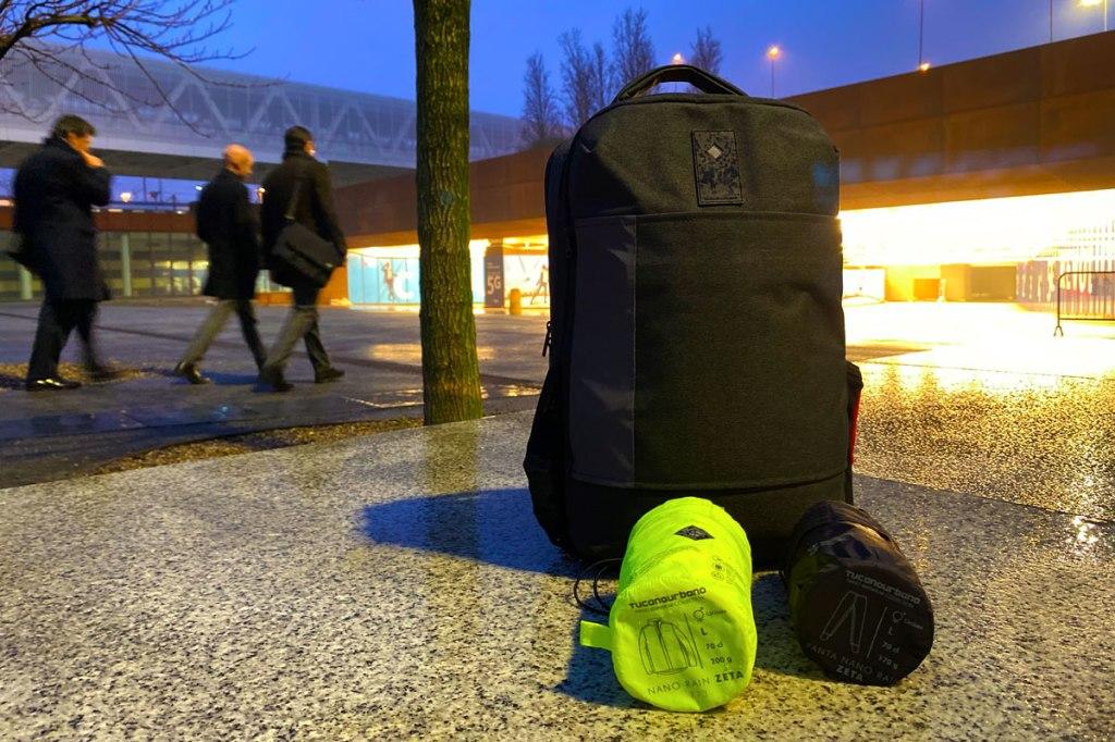 in foto abbigliamento antipioggia da usare in bicicletta e pendolari che entrano in stazione