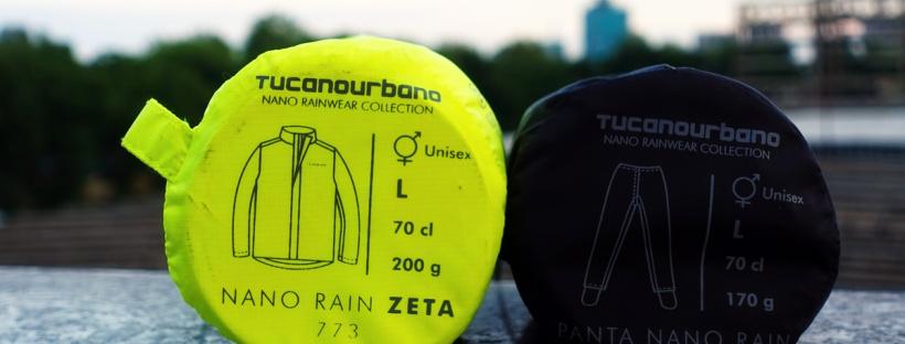 ciclista indossa giacca e pantalone antipioggia per bicicletta sotto il temporale