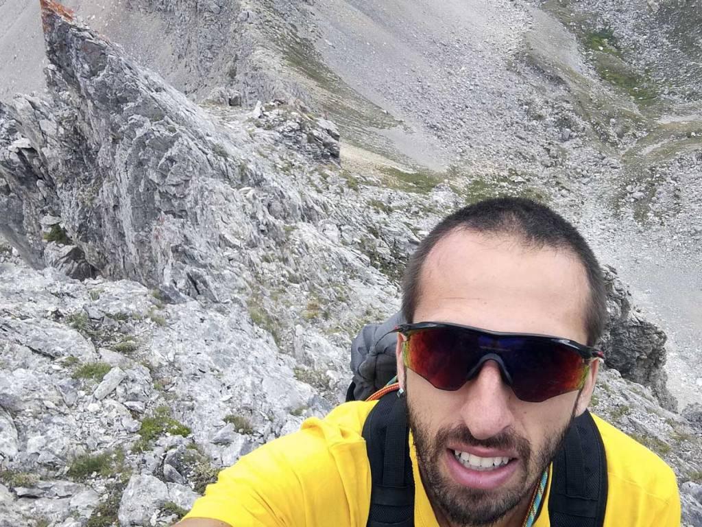 in foto un alpinista nella prima parte della cresta che sale a punta mattirolo
