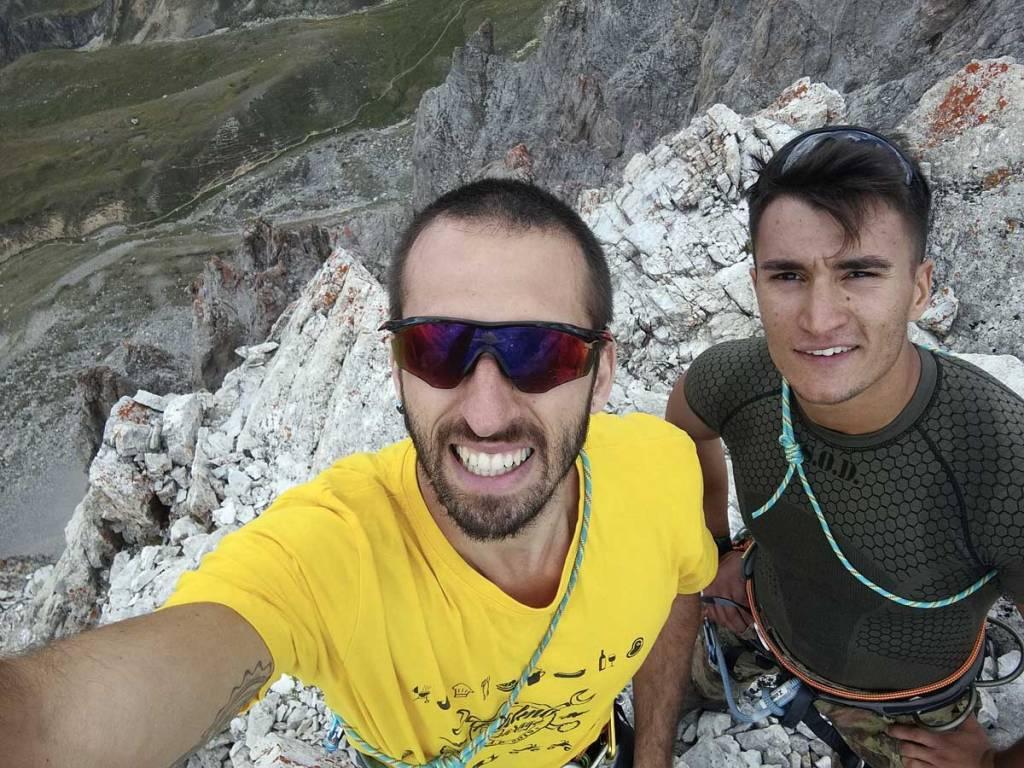 in foto due alpinisti sulla punta mattirolo in piemonte