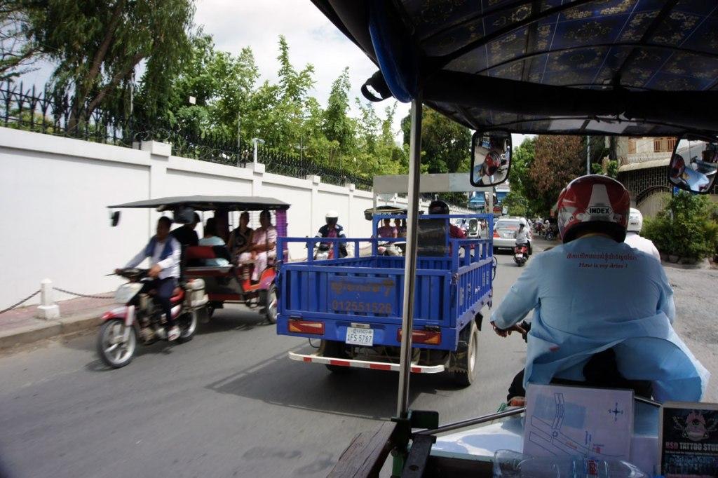 in foto tuk tuk carichi di turisti in cambogia nel traffico di phnom phen