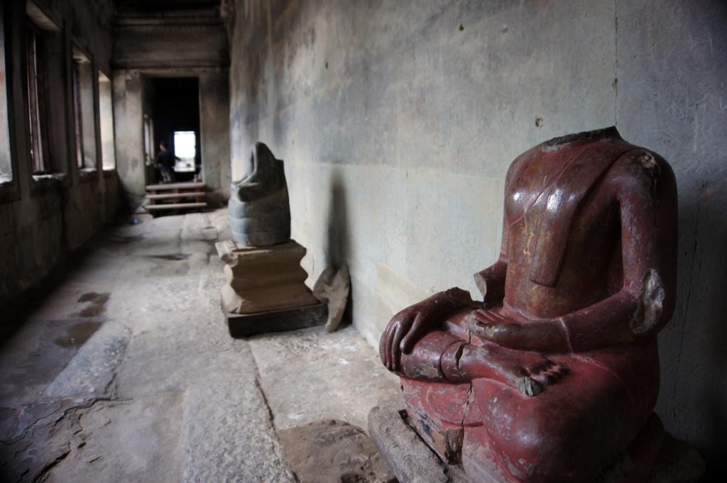 nella foto reperti archeologici del periodo khmer cambogiano ad angkor wat