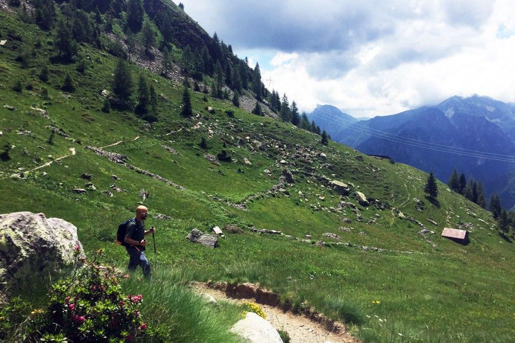 in foto un'escursionista ascende lungo il sentiero che conduce al rifugio benigni