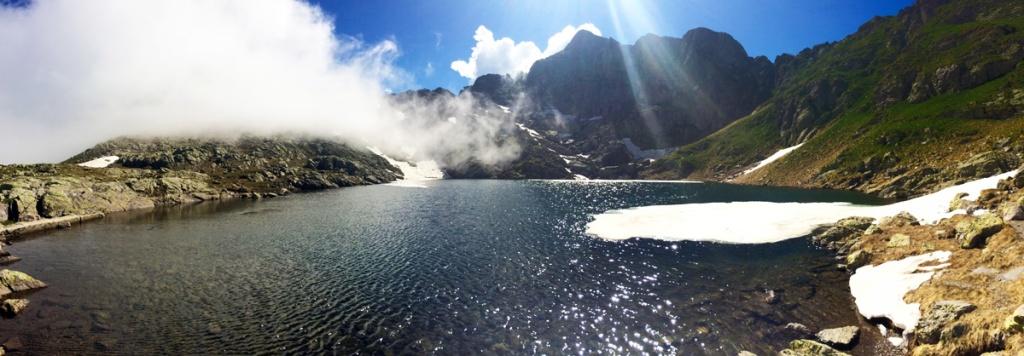 in foto un laghetto di montagna sulle orobie bergamasche