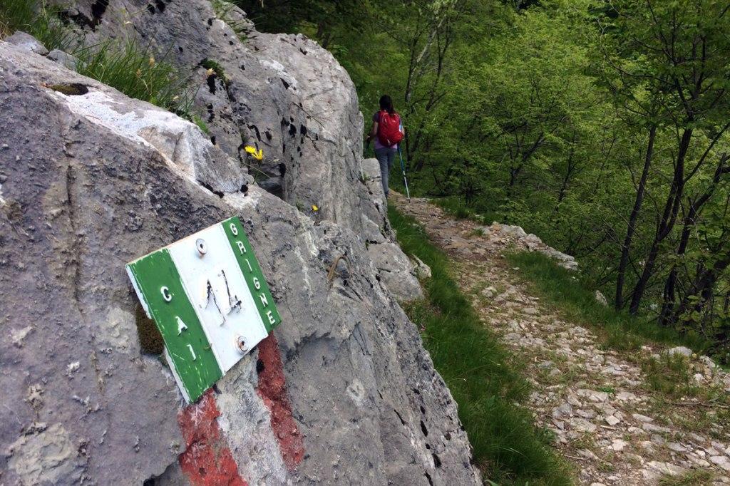 un'escursionista lungo il sentiero che porta al rifugio Elisa, nel parco della Grigna Settentrionale