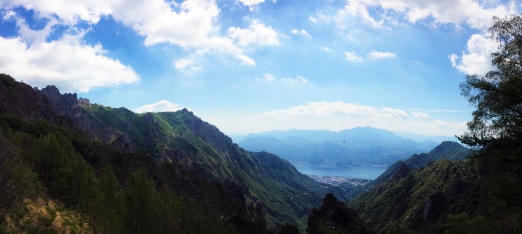 Foto panoramica scattata dal sentiero che porta al rifugio Elisa. Sullo sfondo il lago di Como e Mandello del Lario.